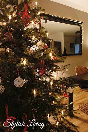 geschm ckter weihnachtsbaum in rot wei und bekanntgabe. Black Bedroom Furniture Sets. Home Design Ideas