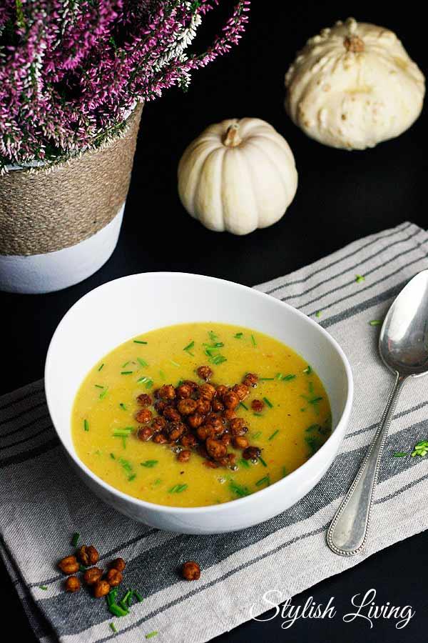 Kürbissuppe mit Gruyère und Kichererbsen