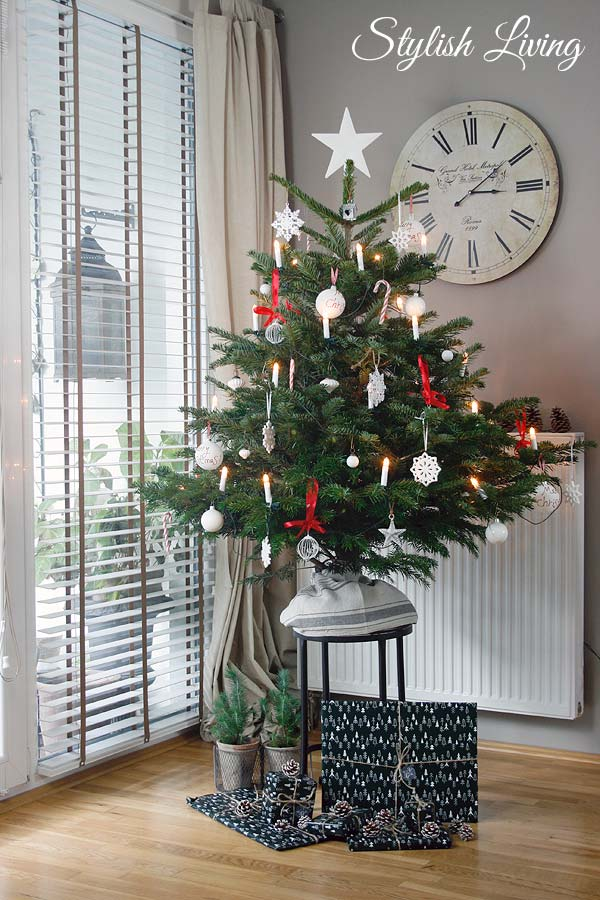 rot/weiß geschmückter Weihnachtsbaum