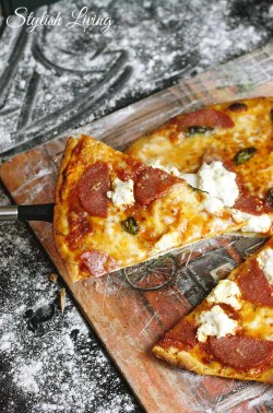 selbstgemachte Pizza mit Salami, Ricotta, Büffelmozzarella