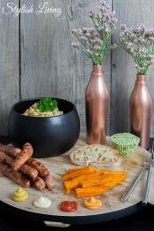 Grillteller mit Würstchen, Süßkartoffelpommes, Nudelsalat, Bärlauchbutter