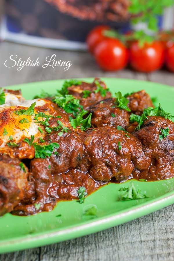 Fleischbällchen-Tajine mit Tomatensauce und Ei
