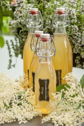 Holunderblütensirup in Bügelverschlussflasche