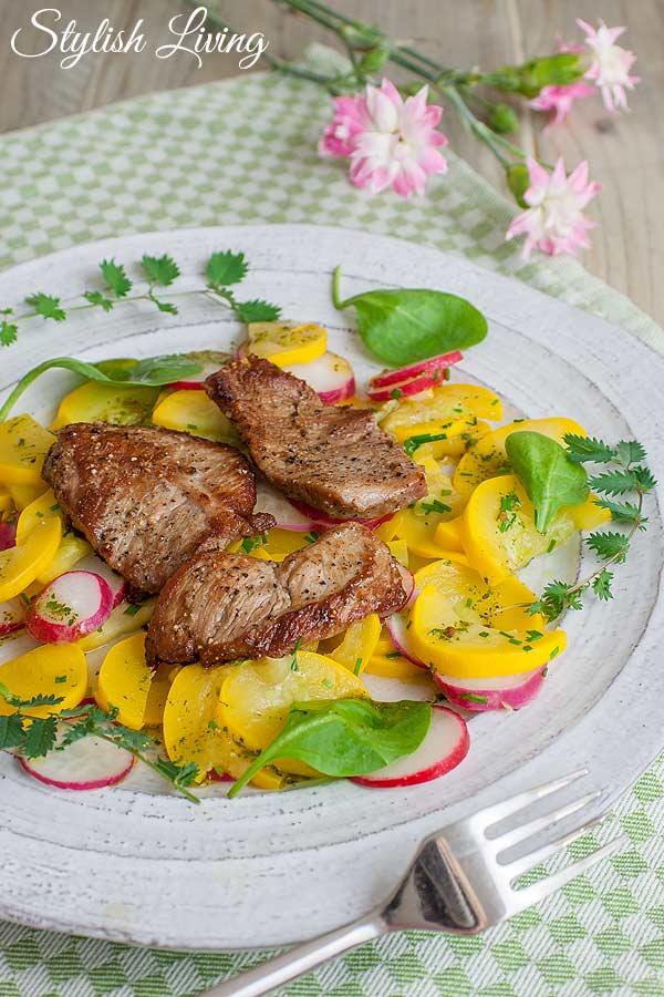 Kalbsschnitzel mit Zucchini-Radiesschen-Salat