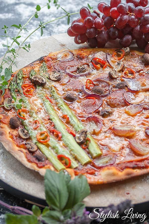 Spargelpizza mit Salami, Schinken, Weintrauben
