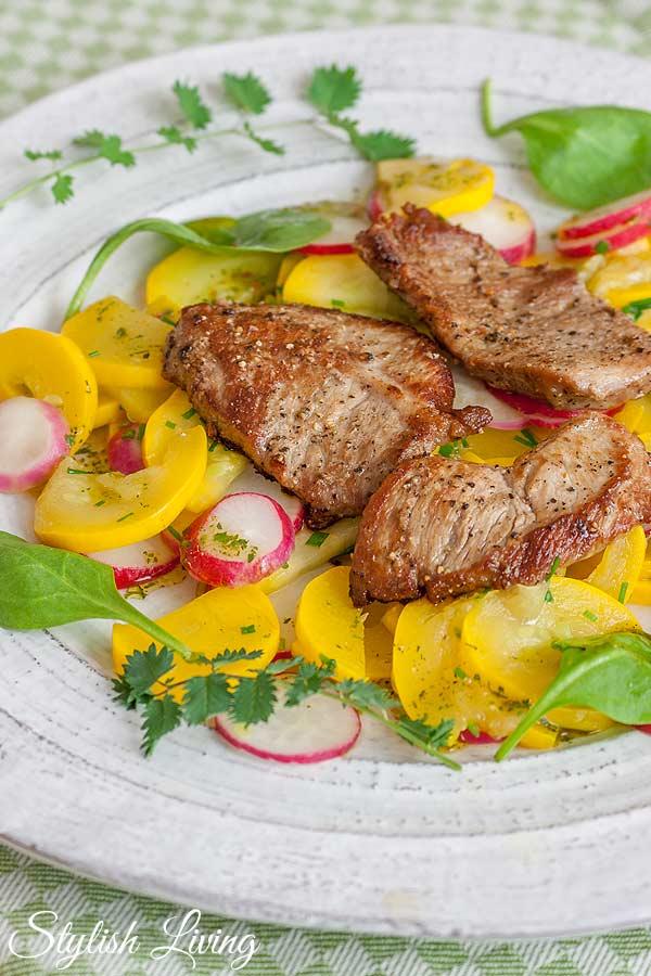 Zucchini-Radiesschen-Salat mit Kalbsschnitzel