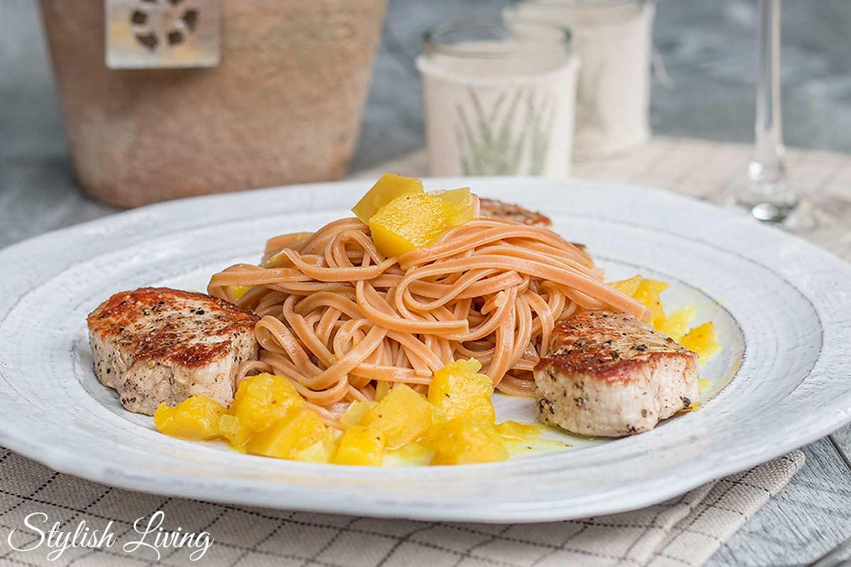 Schweinemedaillons mit Mango-Curry-Ragout und Chilispaghetti