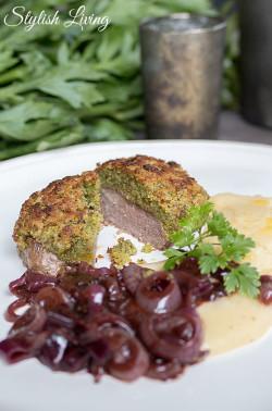 Rinderfilet mit Kräuterkruste, Rotweinzwiebeln und Kartoffel-Sellerie-Püree