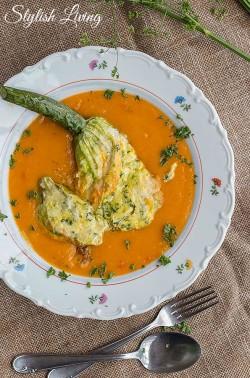 gefüllte Zucchiniblüte auf Karottensuppe