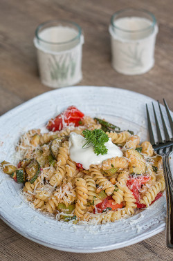 sommerliche Pasta mit Zucchini und Tomaten