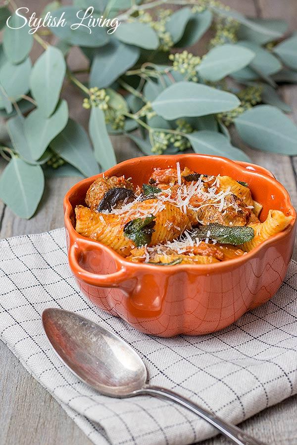 Pasta mit Hackbällchen, Gemüse und Tomatensauce