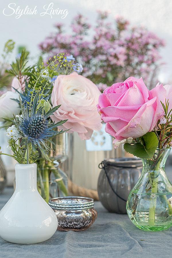 Blumentischdeko in kleinen Vasen