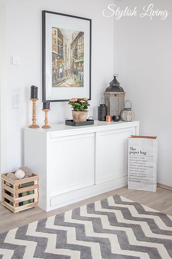 Büro mit Sideboard und modernem Teppich