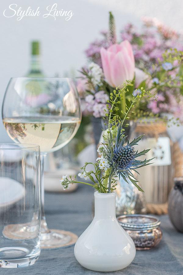 Tischdeko mit vielen kleinen Vasen
