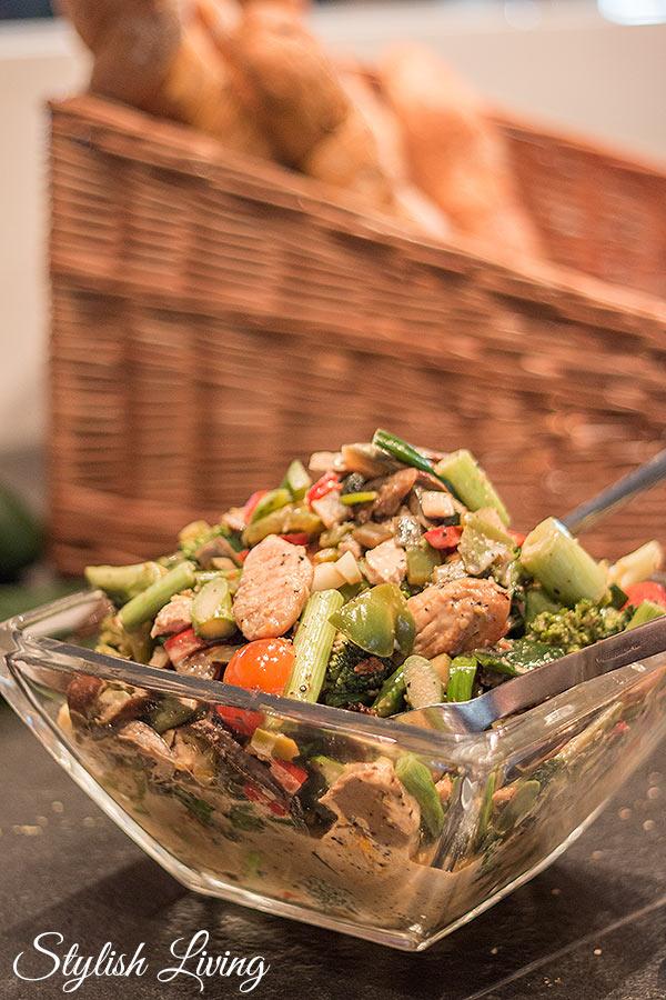 Maishuhnsalat mit Sesamdressing im Restaurant Deichkind