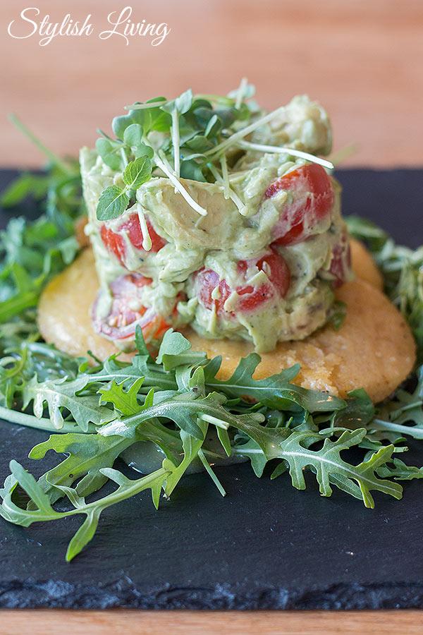 Salat von Avocado und Tomate auf gebratenen Polenta-Talern im Deichkind