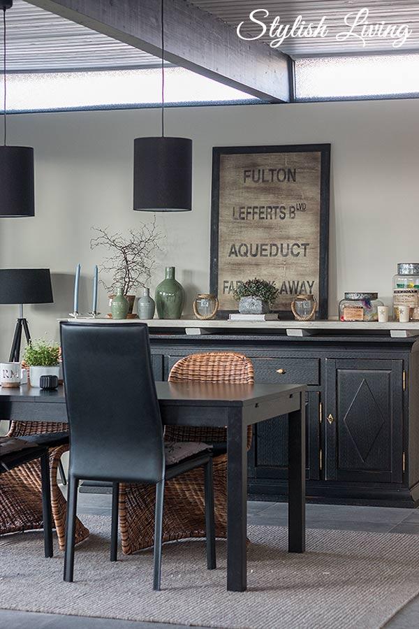 Esszimmer mit schwarzen Möbeln