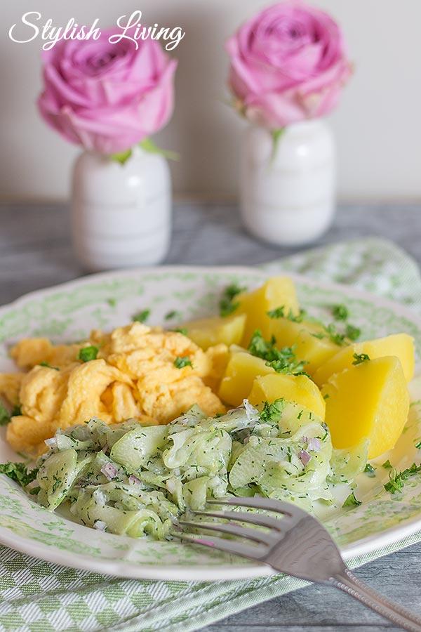 Kartoffeln, Gurkensalat und Rührei