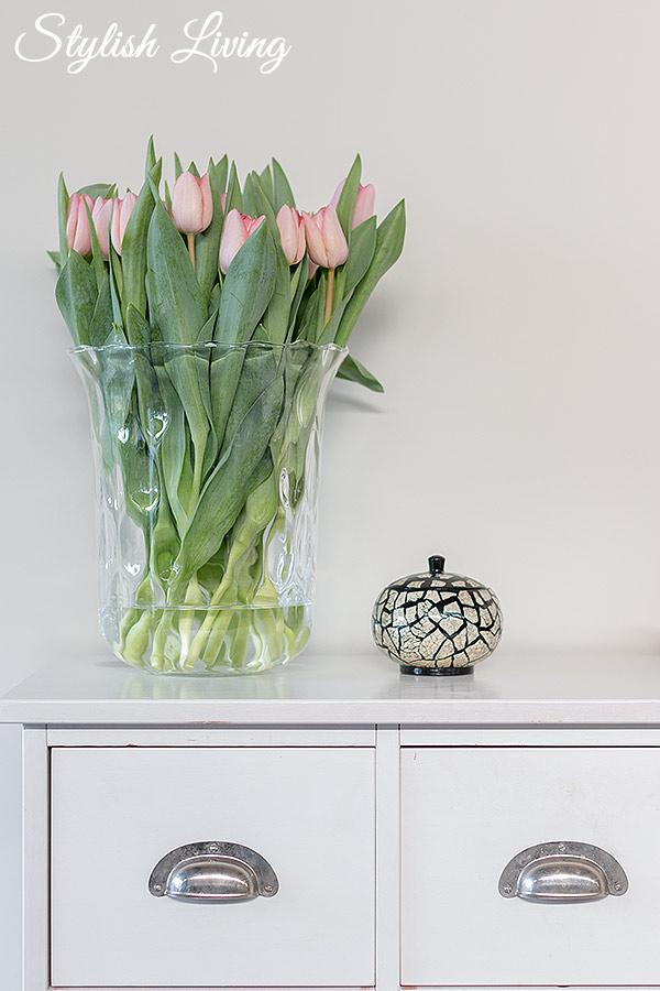 roséfarbene Tulpen in großer Vase