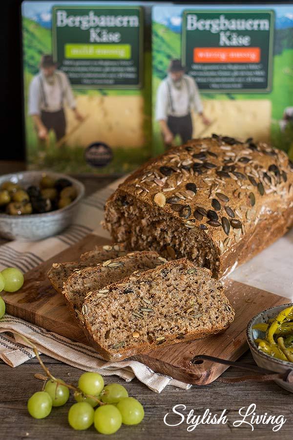 selbstgebackenes Dinkelvollkornbrot mit Bergbauern Käse von Bergader