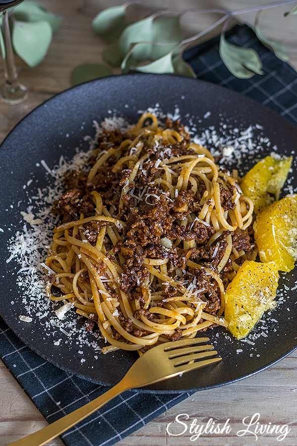 Pasta mit Gulaschsauce und Knoblauchorangen nach Alexander Herrmann