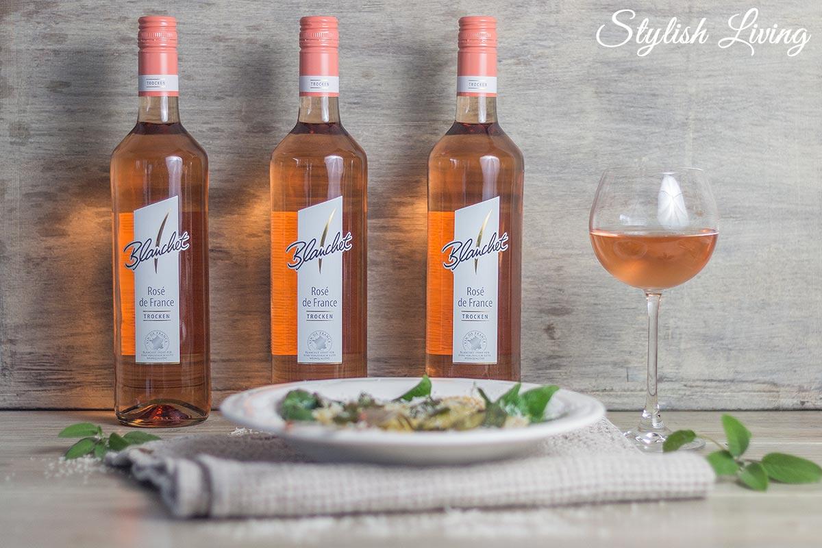 selbstgemachte Spinat-Ricotta-Ravioli mit einem Glas Blanchet