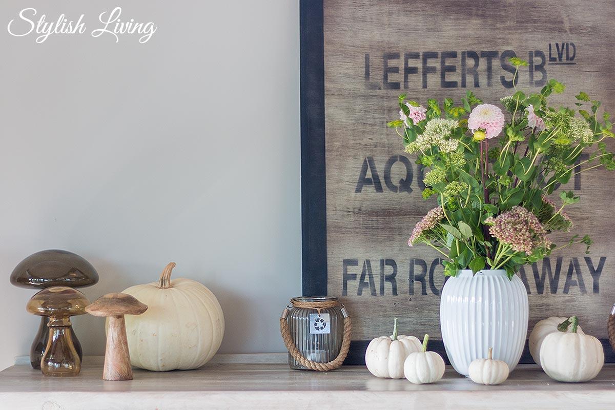 Herbstdeko mit Pilzen und Kürbissen