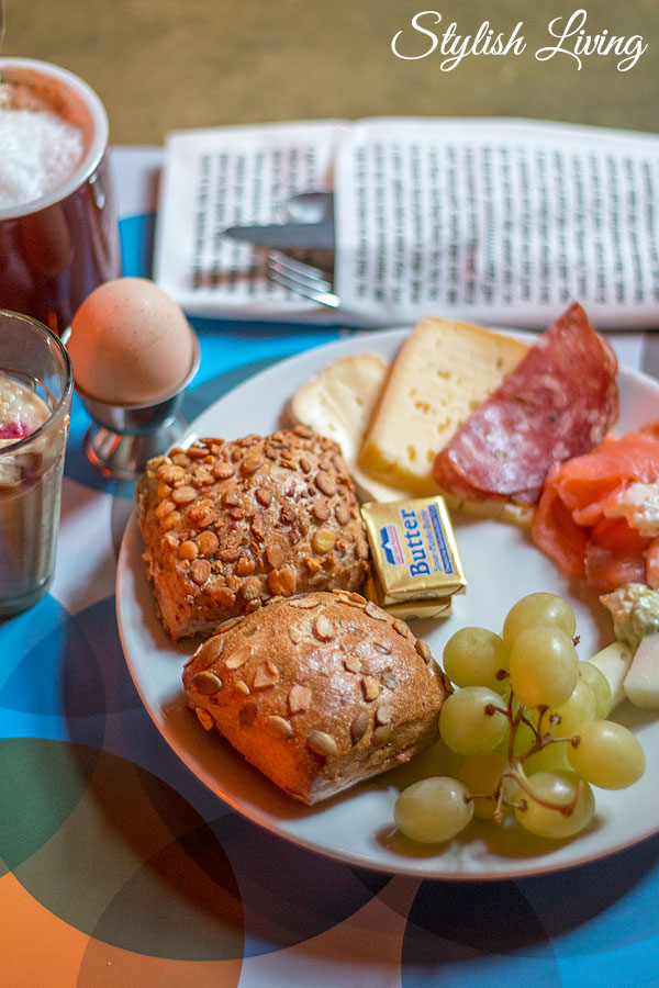 Frühstücksteller im 25hours Hotel Altes Hafenamt Hamburg