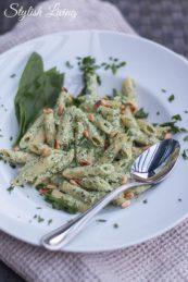 Pasta mit Bärlauch, Ziegenkäse, Ricotta und Pinienkernen