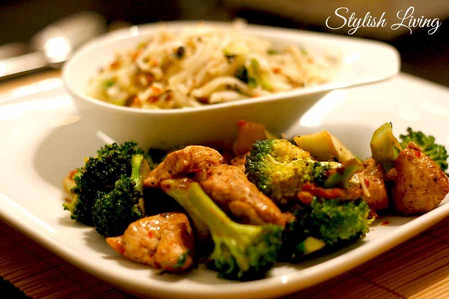 Scharfes Huhn mit Brokkoli und Erdnuss-Koriander-Nudeln