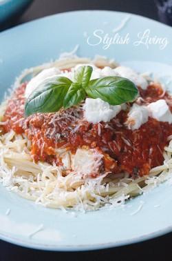 Spaghetti mit Tomatensauce und Parmesan