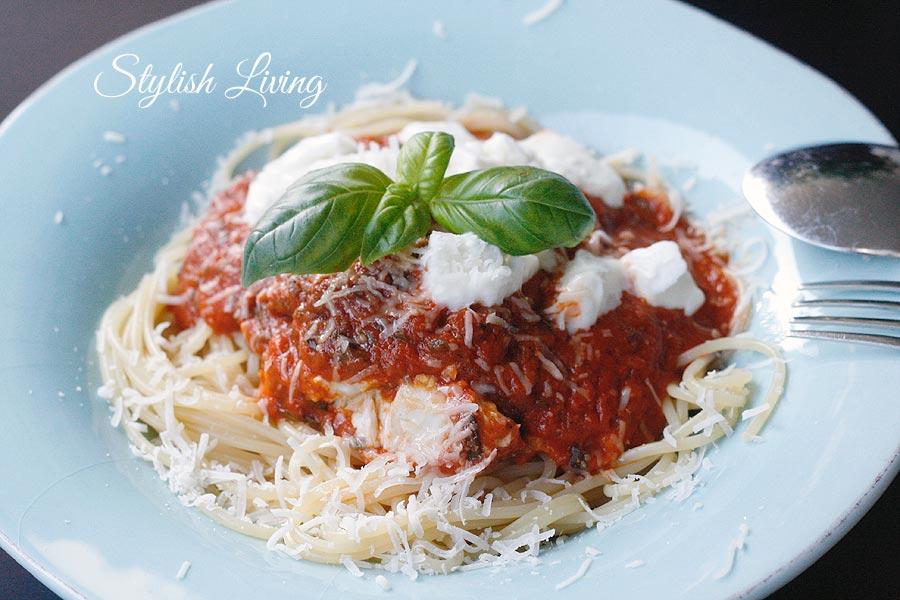 Spaghetti mit selbstgemachter Tomatensauce und Mozzarella