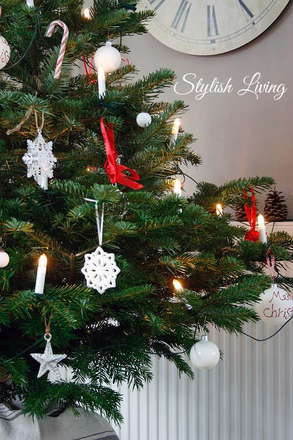Weihnachtsbaum weiß/rot geschmückt