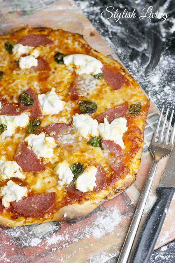 Pizza selbstgemacht mit Salami, Ricotta und Büffelmozzarella