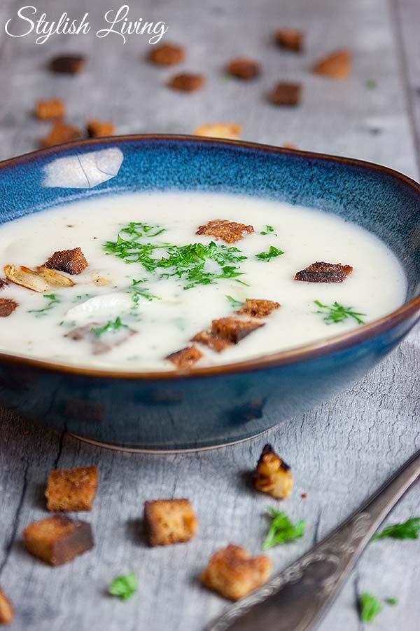 Spargelcremesuppe mit Knoblauchcroûtons