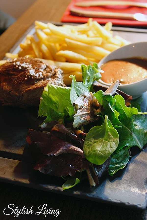 Steak mit Pfeffersauce, Pommes und Salat