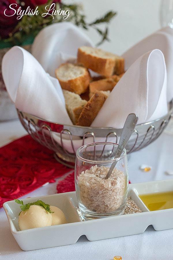 frisches Brot mit Butter, Olivenöl und Meersalz