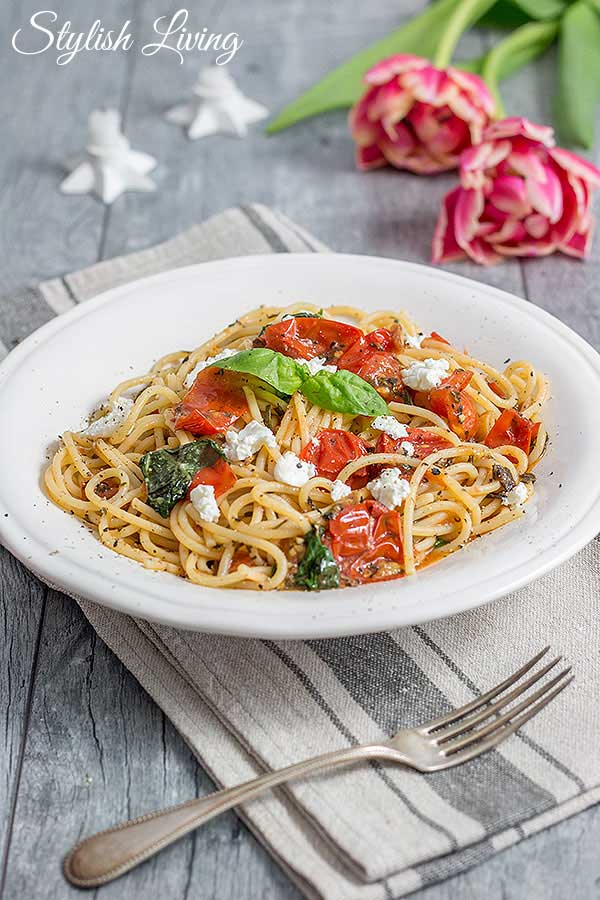 Pasta mit Ziegenkäse, Tomaten und Kräuter-Knoblauch-Öl