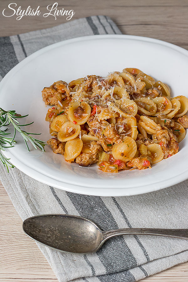 Salsiccia mit Orecchiette und Tomaten-Sellerie-Sauce