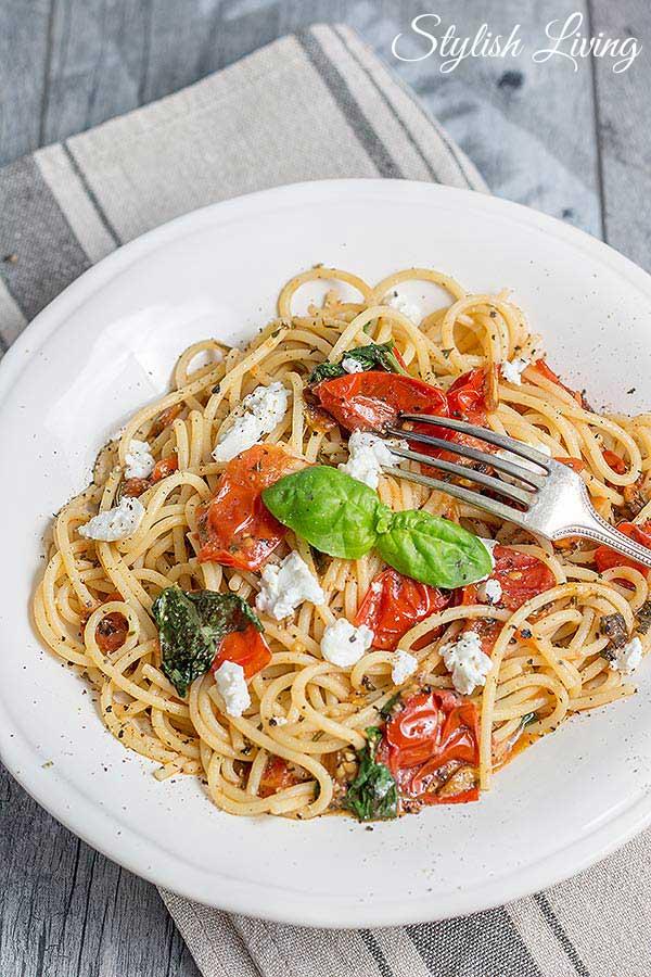 Spaghetti mit Tomaten und Ziegenkäse