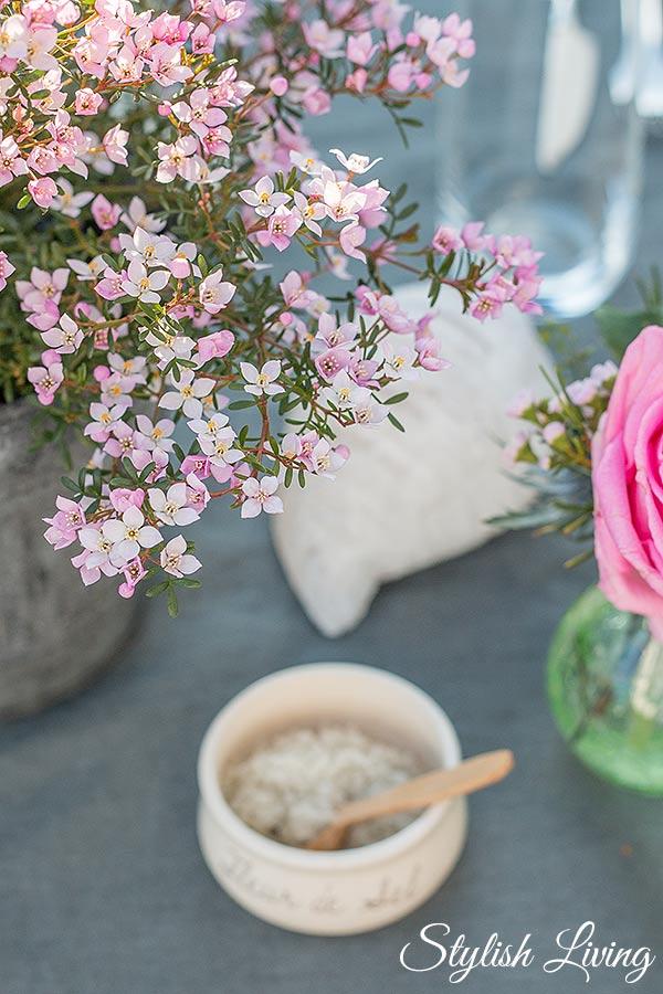Frühlingsblumen als Tischdeko