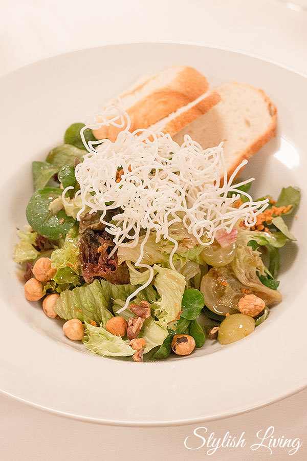 Salat mit Trauben, Nüssen und Parmesankrokant im Charlottenhof