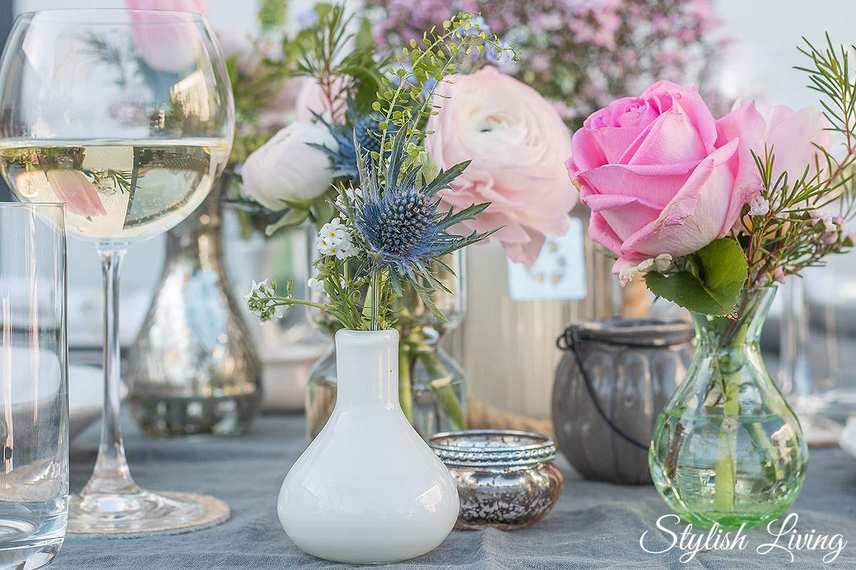 Tischdeko mit Blumen in vielen kleinen Vasen