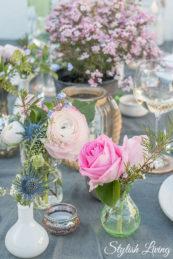 Tischdeko mit vielen Blumen