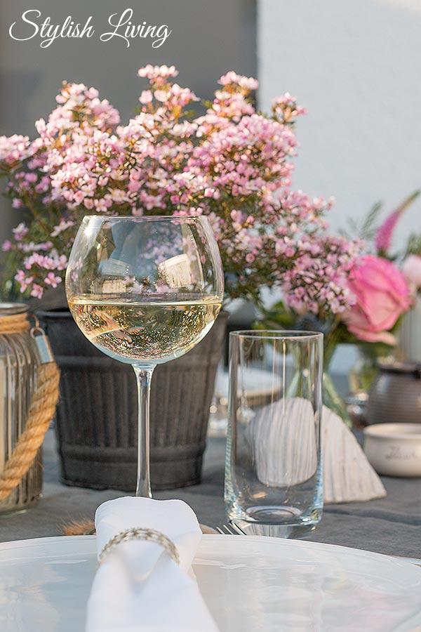 frühlingshafte Tischdeko und ein Glas Blanchet