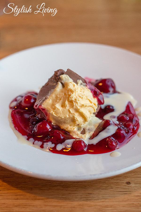 Schokoladen Panna Cotta mit Roter Grütze und Vanillesauce im Deichkind Restaurant