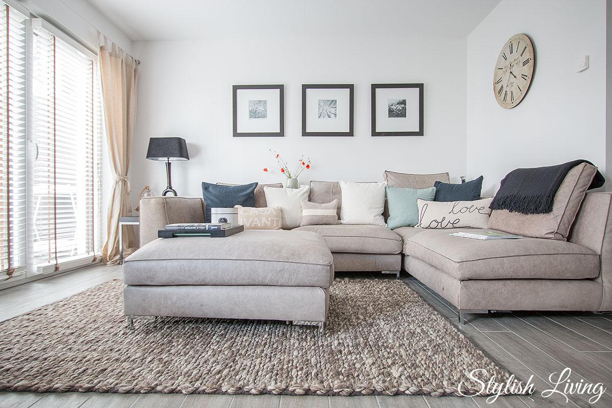 modernes Wohnzimmer mit Ledercouch und vielen Kissen