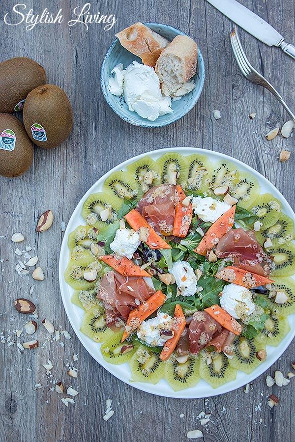 bunter Salat mit Zespri Kiwi, Papaya, Ziegenfrischkäse und Prosciutto