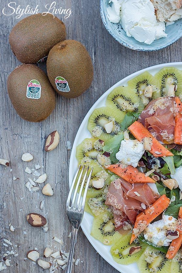 frischer Salat mit Zespri Kiwi, Ziegenfrischkäse und Pekannüssen