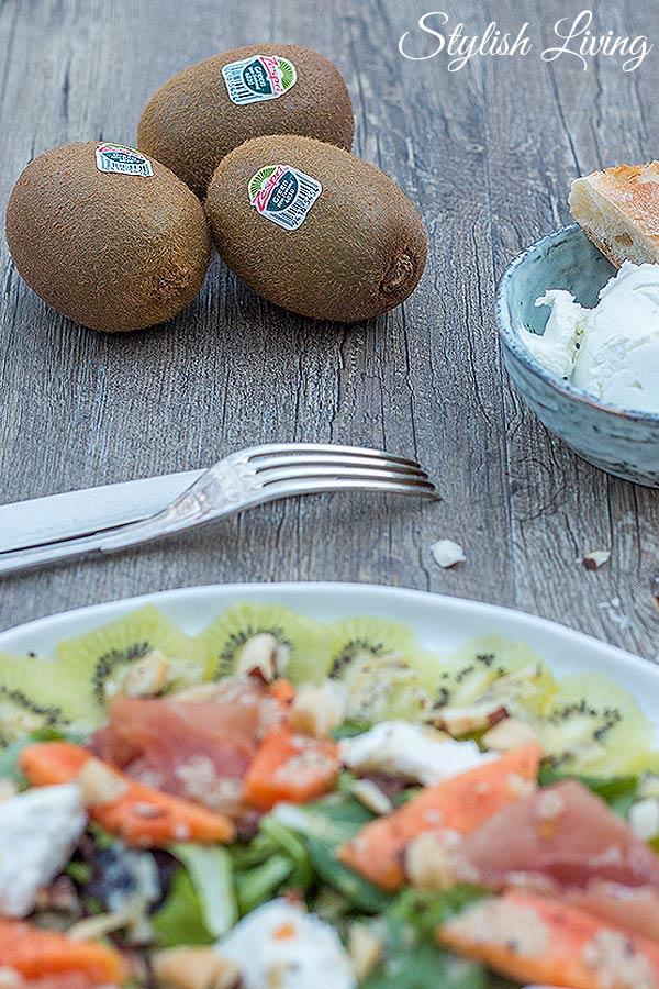 fruchtiger Salat mit Zespri Kiwi, Ziegenkäse und Prosciutto